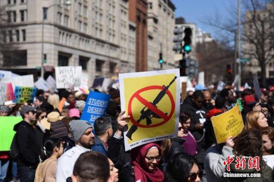 当地时间2018年3月24日,美国首都华盛顿市民上街游行,数万人在街头发出诉求,要求收紧枪支管控。而全球各地800个左右的城市,当天也响应同一主题,进行声援游行,包括美国纽约、洛杉矶;英国伦敦;澳大利亚悉尼等大城市。图为华盛顿举行大规模的反枪支暴力游行。 /p中新社记者 邓敏 摄