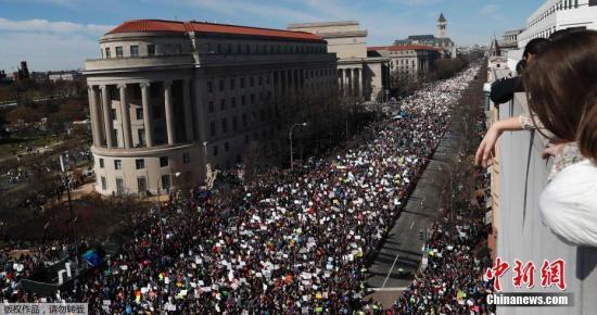 华盛顿街头的盛大游行现场。