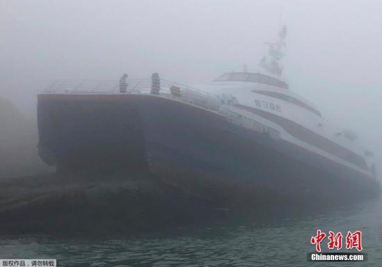 据美联社报道,3月25日下午,一艘载有192人的轮渡在韩国西南海域触礁,目前韩国海警正展开大规模救援。一韩方官员称,推定船上所有人都穿上了救生衣。船上所载人数从之前的192人下调至163人,目前已知6人受轻伤,据称所有人均已安全获救。图为事故现场。