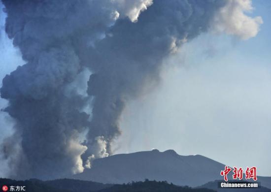 资料图:日本气象厅继续维持三级警戒,称半径3公里都可能伴随火山活动,有火山渣落下,2公里以内需要小心火山碎屑流。 图片来源:东方IC 版权作品 请勿转载