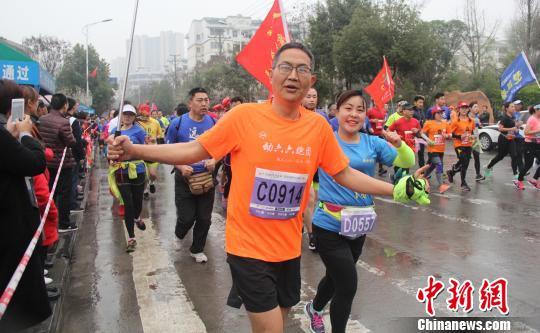 八千余中外选手嫘祖故里竞逐田野马拉松