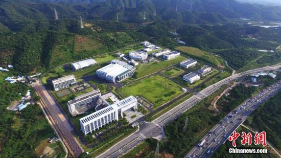 """3月25日,中国科学院高能物理研究所发布消息称,建在广东东莞的中国""""十一五""""国家重大科技基础设施——中国散裂中子源,已按期、高质量完成全部工程建设任务。这一被誉为""""超级显微镜""""的大科学装置,当天通过了中科院组织的工艺鉴定和验收。中国散裂中子源为中国首台、世界第四台脉冲型散裂中子源,其建成填补了中国国内脉冲中子应用领域的空白,对满足国家重大战略需求、解决前沿科学问题具有重要意义。中国散裂中子源由中科院高能物理研究所承建,中科院物理研究所共建,2011年9月开工建设,工期6.5年,总投资约23亿元人民币。图为中国散裂中子源装置园区鸟瞰图。中新社发 中科院高能所供图"""