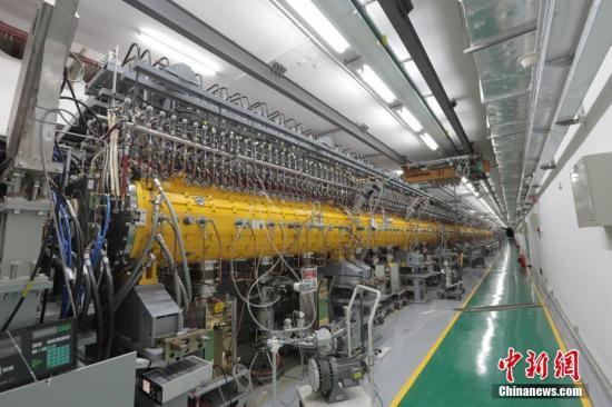 """3月25日,中国科学院高能物理研究所发布消息称,建在广东东莞的中国""""十一五""""国家重大科技基础设施――中国散裂中子源,已按期、高质量完成全部工程建设任务。这一被誉为""""超级显微镜""""的大科学装置,当天通过了中科院组织的工艺鉴定和验收。中国散裂中子源为中国首台、世界第四台脉冲型散裂中子源,其建成填补了中国国内脉冲中子应用领域的空白,对满足国家重大战略需求、解决前沿科学问题具有重要意义。中国散裂中子源由中科院高能物理研究所承建,中科院物理研究所共建,2011年9月开工建设,工期6.5年,总投资约23亿元人民币。图为中国散裂中子源漂移管直线加速器。<a target='_blank' href='http://www-chinanews-com.woxingwosu520.com/'>中新社</a>发 中科院高能所供图"""