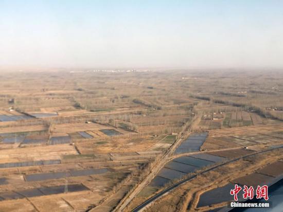 """3月26日,新疆沙漠边城且末县开展万人春季沙漠植树补种活动,活动将持续一周。且末县地处昆仑山、阿尔金山北麓,位于世界第二大沙漠――塔克拉玛干沙漠腹地,四面环沙。据且末县防风治沙工作站数据显示,治沙工作启动之前,塔克拉玛干大沙漠每年以5-10米的速度由东北向西南方向推进,沙漠与且末县城中心仅有2公里,只有一河之隔,是新疆风沙危害最严重的地区之一。为了阻挡沙漠继续向前推进,1998年起,且末县成立了防风治沙工作站,启动了治沙工程。20多年间,每年春秋两季,且末县各族民众都会带着工具参与防沙治沙活动,每年参加防沙治沙的民众达30万人次以上。如今,且末人在沙漠""""圈金"""",除了防沙治沙,以肉苁蓉、红枣..."""