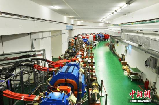 """3月25日,中国科学院高能物理研究所发布消息称,建在广东东莞的中国""""十一五""""国家重大科技基础设施――中国散裂中子源,已按期、高质量完成全部工程建设任务。这一被誉为""""超级显微镜""""的大科学装置,当天通过了中科院组织的工艺鉴定和验收。中国散裂中子源为中国首台、世界第四台脉冲型散裂中子源,其建成填补了中国国内脉冲中子应用领域的空白,对满足国家重大战略需求、解决前沿科学问题具有重要意义。中国散裂中子源由中科院高能物理研究所承建,中科院物理研究所共建,2011年9月开工建设,工期6.5年,总投资约23亿元人民币。图为中国散裂中子源快循环同步加速器。<a target='_blank' href='http://www-chinanews-com.breakingnewsthemovie.com/'>中新社</a>发 中科院高能所供图"""