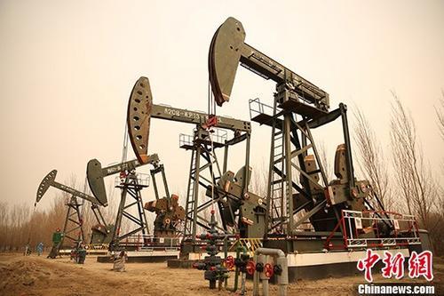 3月26日,黑龙江省大庆油田采油一厂抽油机工作中。中国原油期货在上海期货交易所子公司――上海国际能源交易中心正式挂牌交易。 <a target='_blank' href='http://www-chinanews-com.civilding.com/'>中新社</a>记者 许书晨 摄