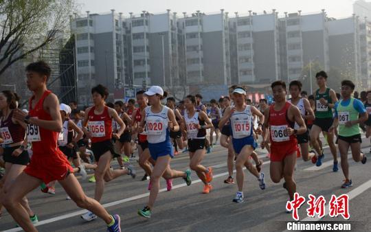 国内外20000余名选手出发咯。 朱志庚 摄