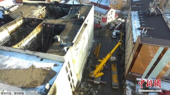 俄罗斯西伯利亚南部城市克麦罗沃一家购物中心当地时间3月25日发生火灾。据俄罗斯紧急情况部称,已造成64人死亡。图为航拍该购物中心顶层发生火灾的区域。