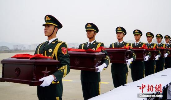 当地时间3月28日10时,中韩双方在韩国仁川国际机场庄严举行第五批在韩中国人民志愿军烈士遗骸交接仪式。 中新社记者 吴旭 摄