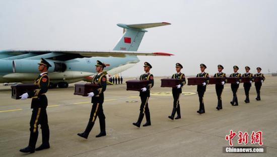 资料图:第五批中国人民志愿军烈士遗骸在韩举行交接仪式 。中新社记者 吴旭 摄