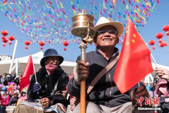 """3月28日,一位藏族老人在拉萨宗角禄康公园观看""""西藏百万农奴解放纪念日""""文艺演出。当日是西藏百万农奴解放59周年纪念日。中新社记者 何蓬磊 摄"""