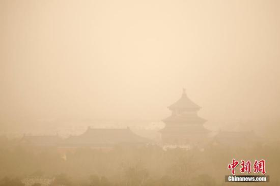 资料图:雾霾沙尘齐聚京城。中新社记者 富田 摄