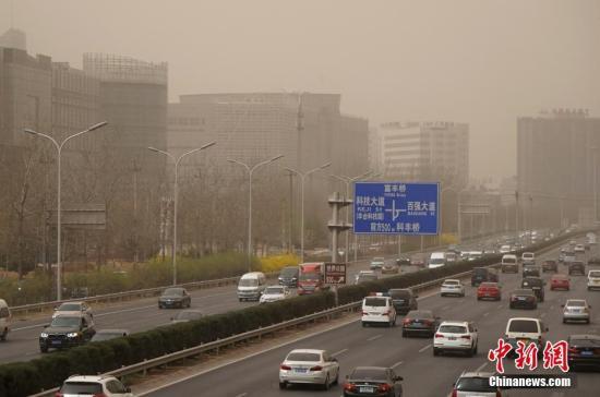 """3月28日,雾霾沙尘齐聚京城,除此前启动的空气重污染橙色预警之外,官方还发布了今年首个沙尘蓝色预警。在两者""""夹攻""""之下,全城空气质量已达到严重污染水平。 /p中新社记者 张宇 摄"""