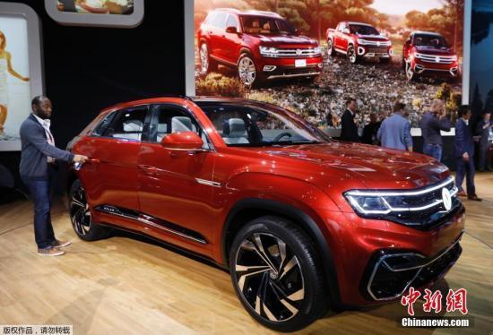 当地时间3月27日,2018纽约国际车展举行,各厂商都带来了自家的新品车型,参展观众先睹为快。图为大众在车展上正式发布了Atlas Cross Sport概念车。