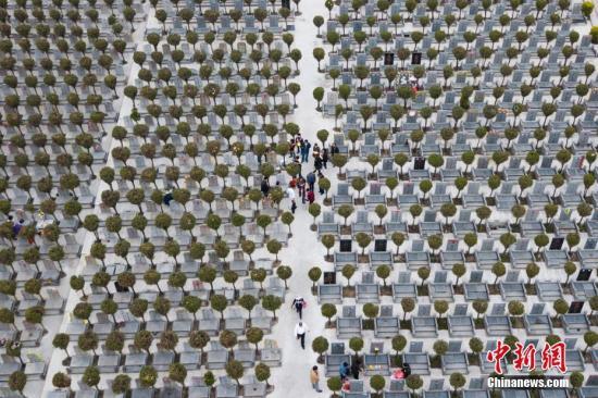 3月29日,南京市民在当地墓园祭奠亲人。随着清明的临近,各地墓园迎来扫墓高峰。 <a target='_blank' href='http://www.chinanews.com/'>中新社</a>记者 泱波 摄