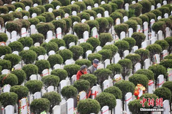 3月29日,南京市民在当地墓园祭奠亲人。随着清明的临近,各地墓园迎来扫墓高峰。 中新社记者 泱波 摄