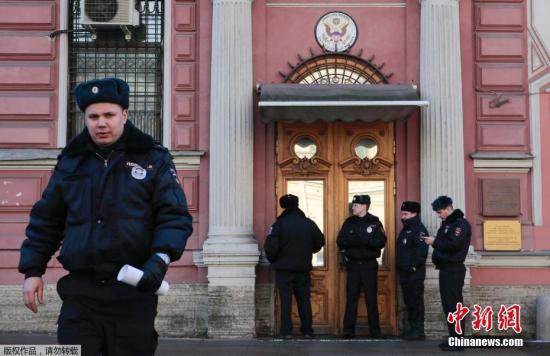 """当地时间3月29日,俄罗斯外交部发表公告称,为回应美国驱逐俄外交人员的行为,俄方将驱逐60名美国驻俄外交人员并关闭美驻圣彼得堡总领馆。该份公告称,根据对等原则,俄已将58名美驻俄大使馆外交人员以及2名美驻叶卡捷琳堡总领馆外交人员列为""""不受欢迎的人"""",要求他们在4月5日前离开俄罗斯。公告称,俄罗斯还将收回美驻圣彼得堡总领馆的开馆和办公许可,要求其工作人员在3月31日前从当前办公地点搬出。图为当地时间3月29日,美国驻圣彼得堡总领馆外的警察。"""