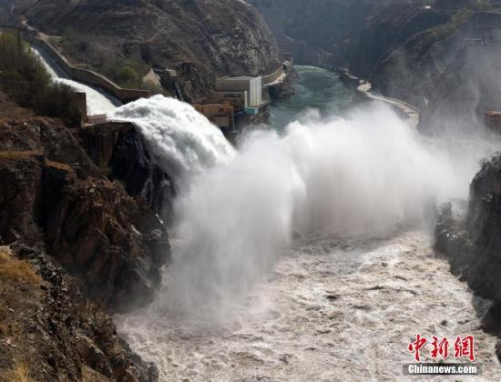 位于甘肃省的刘家峡水电站是我国第一座百万千瓦级大型水电站,也是黄河干流上以发电为主,兼有防洪、防凌、灌溉供水等效益的大型水利枢纽,刘家峡水库对其下游河段安全度过凌汛发挥着重要作用。侯齐 摄