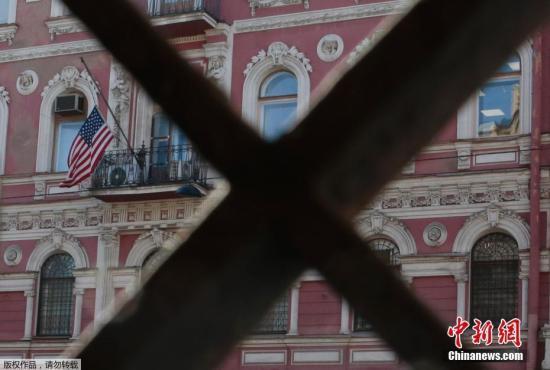 """当地时间3月29日,俄罗斯外交部发表公告称,为回应美国驱逐俄外交人员的行为,俄方将驱逐60名美国驻俄外交人员并关闭美驻圣彼得堡总领馆。该份公告称,根据对等原则,俄已将58名美驻俄大使馆外交人员以及2名美驻叶卡捷琳堡总领馆外交人员列为""""不受欢迎的人"""",,要求他们在4月5日前离开俄罗斯。公告称,俄罗斯还将收回美驻圣彼得堡总领馆的开馆和办公许可,要求其工作人员在3月31日前从当前办公地点搬出。图为当地时间3月29日,美国驻圣彼得堡总领馆外。"""