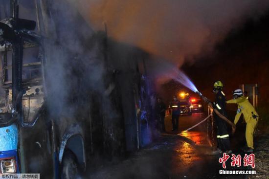 泰国一大巴起火致20人死亡 或因有人吸烟引发火灾