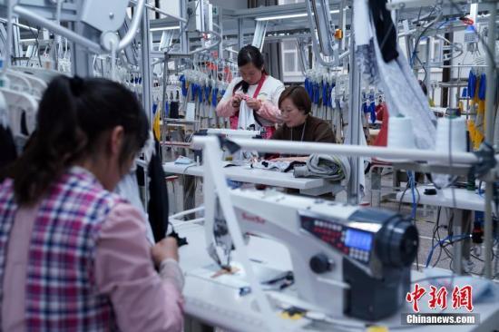 资料图:勉县扶贫合作制衣厂。毛建军 摄
