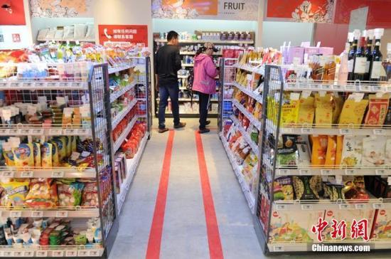 材料图:主顾正在无饶娆市内选购商品。刘栋 摄
