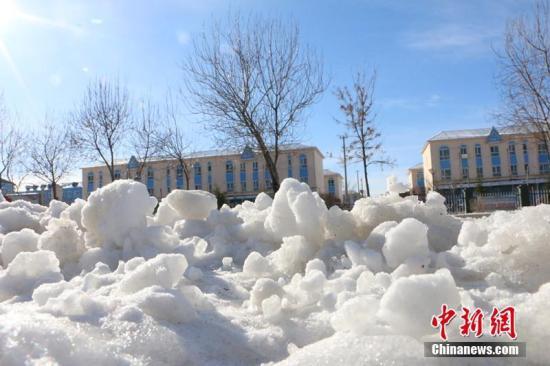 受西伯利亚强冷空气影响,4月1日,地处新疆北部阿勒泰地区的新疆生产建设兵团第十师一八六团迎来强降雪,气温骤降到零下11℃。此次积雪厚度达10厘米以上,同时伴有5到6级的偏北风,仿佛一下子回到了冬天,所幸此次降温降雪天气没有给当地带来灾害。新疆兵团第十师一八六团位于中国与哈萨克斯坦接壤处,国家一类陆路口岸吉木乃口岸就位于团部。郝胜忠 摄