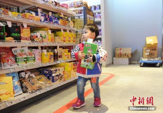 资料图:小朋友在无人超市内挑选商品。刘栋 摄