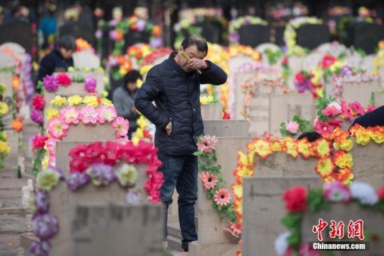 资料图:山西省太原市,大批民众在墓园祭奠亲人。韦亮 摄