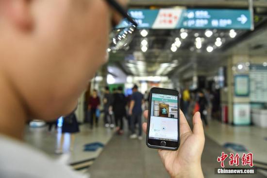4月3日,AI(人工智能)医生助手通过院内导航指引患者到相关科室就诊。近日,广州首个智慧医院在广东省第二人民医院上线,为市民提供智能问诊、手机挂号支付、科室导航等服务,并为医生提供AI(人工智能)医生诊断、智能运输器材等协助。<a target='_blank' href='http://www.chinanews.com/'>中新社</a>记者 陈骥�F 摄