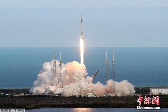 资料图:当地时间4月2日,美国佛罗里达州卡纳维拉尔角空军基地,SpaceX发射了一枚猎鹰9火箭,为国际空间站运送5800磅(2630公斤)各种补给。