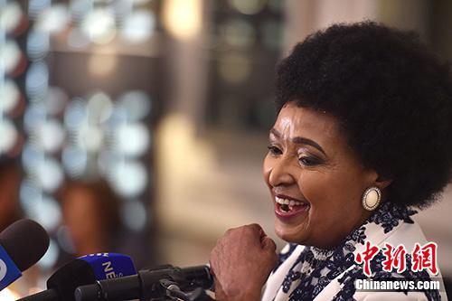 """当地时间4月2日,南非前总统纳尔逊・曼德拉的前妻、因坚持反种族隔离斗争而被称为""""南非国母""""的温妮・曼德拉因病逝世,享年81岁。资料图为温妮2016年9月在80岁生日庆典上讲话。中新社发 南非GCIS供图"""