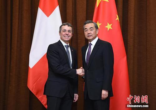 4月3日,中国国务委员兼外交部部长王毅(右)在北京欢迎来访的瑞士联邦委员兼外交部部长卡西斯。 中新社记者 侯宇 摄