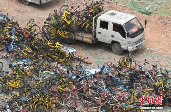 工作人员正在搬卸运来的共享单车。 <a target='_blank' href='http://www.chinanews.com/'>中新社</a>记者 张斌 摄