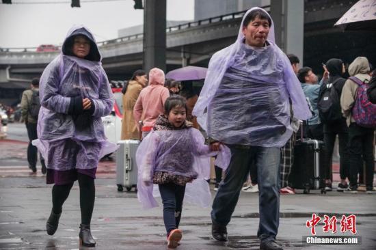 4月4日,北京迎来雨夹雪天气,行人出行困难。 <a target='_blank' href='http://www.chinanews.com/'>中新社</a>记者 贾天勇 摄