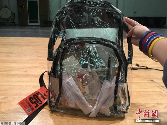当地时间2018年4月2日,美国帕克兰道格拉斯高中的学生展示透明书包。该高中2月份发生校园枪击案,17人丧生。为了加强安全管制,该校规定,所有学生今后只能携带校方提供的透明书包上学。