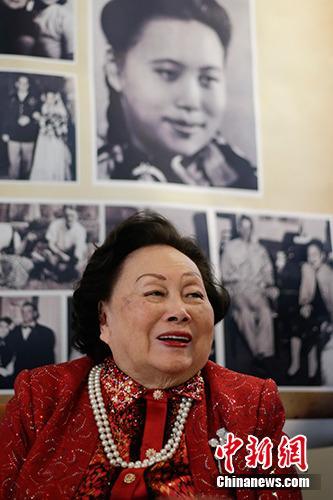 据《华盛顿邮报》4月3日报道,飞虎队将军陈纳德遗孀陈香梅3月30日在华盛顿家中过世,享寿94岁。图为2016年,陈香梅在纽约出席91岁寿辰图片展。<a target='_blank' href='http://www.chinanews.com/'>中新社</a>记者 廖攀 摄