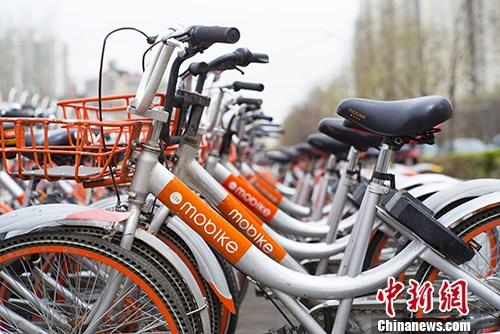 4月4日,北京街头停放的大量摩拜共享自行车。4月3日晚间,在摩拜股东大会上,各方表决通过了美团收购案。据称,美团以35%美团股权、65%现金收购了摩拜单车。 <a target='_blank' href=