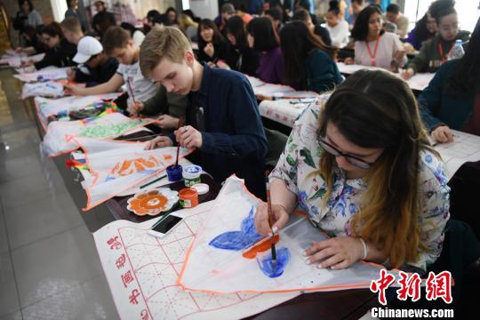 资料图片:外国学生体验中国文化。