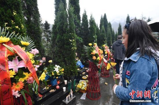 4月5日,是汶川特大地震后的第10个清明节,震中映秀的遇难者公墓内飘荡着祭祀的青烟,弥漫着厚重的思念。安源 摄