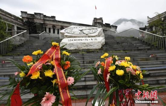 4月5日,是汶川特大地震后的第10个清明节,震中映秀的遇难者公墓内飘荡着祭祀的青烟,弥漫着厚重的思念。 安源 摄