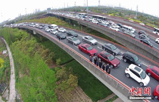 资料图:高速路上的车流。 中新社记者 殷立勤 摄