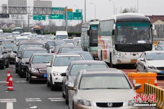 資料圖:公路上行駛的車輛。 殷立勤 攝