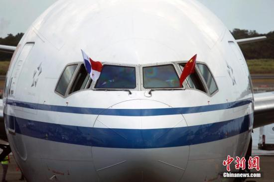 资料图:飞机进入泊机位。 <a target='_blank' href='http://www.chinanews.com/'>中新社</a>记者 余瑞冬 摄