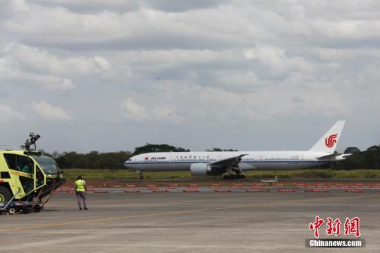 当地时间4月5日下午,作为中国与巴拿马之间首条直飞航线首航班机的国航CA885航班降落在巴拿马城托库门国际机场,标志着中巴两国间直航成功开通。中国与巴拿马于2017年6月正式建立大使级外交关系。图为首航班机稳稳降落在机场跑道上。 <a target='_blank' href='http://www.chinanews.com/'>中新社</a>记者 余瑞冬 摄