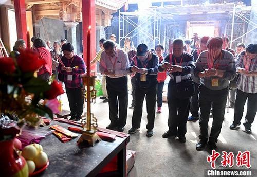 4月5日,马祖参访团在福州琅岐陈氏祠堂谒拜祖先。 中新社记者 吕明 摄