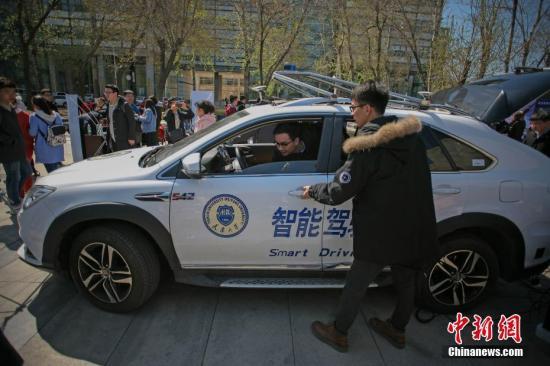 4月7日,一名学生在驾驶室调整无人驾驶智能汽车。 <a target='_blank' href='http://www.chinanews.com/'>中新社</a>记者 佟郁 摄