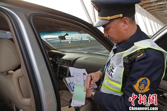 資料圖:民警核查網約車運營資質。殷立勤 攝