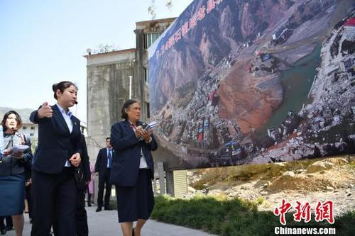 图为诗琳通参观北川老县城鸟瞰图。 张浪 摄