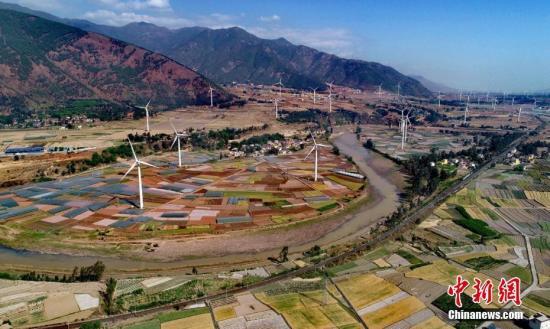 4月8日,四川德昌县安宁河峡谷200余座风电,与成昆铁路、京昆高速公路、田园和大山相融,成为一道靓丽的风景。凉山州阳光充足、风能等资源丰富,被列为中国南方地区国家级风电基地,列入规划的风电场有121个,已建成32座风电场总装机173.85万千瓦,建成光电60万千瓦,清洁能源的发展带动了当地高新技术产业和民众脱贫增收。刘忠俊 摄